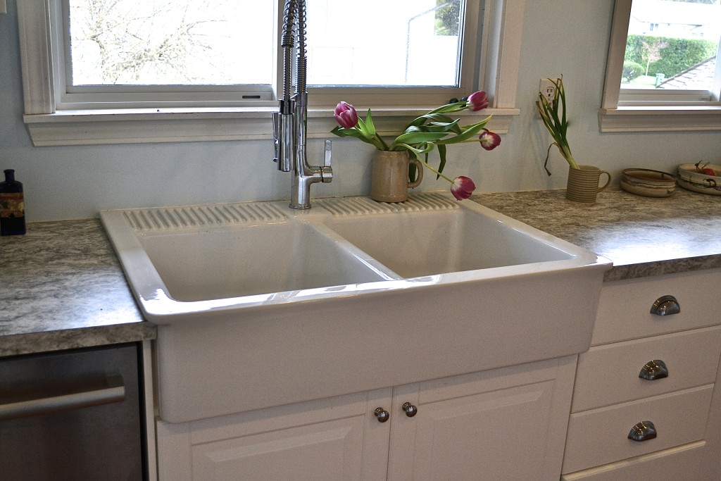 The beautiful farmhouse sink almost makes you want to wash the dishes